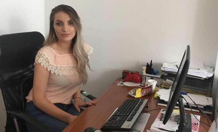 Studentja Duresa Mustafa kryen praktikën profesionale në sektorin e Burimeve Njerëzore në Doganën e Kosovës.