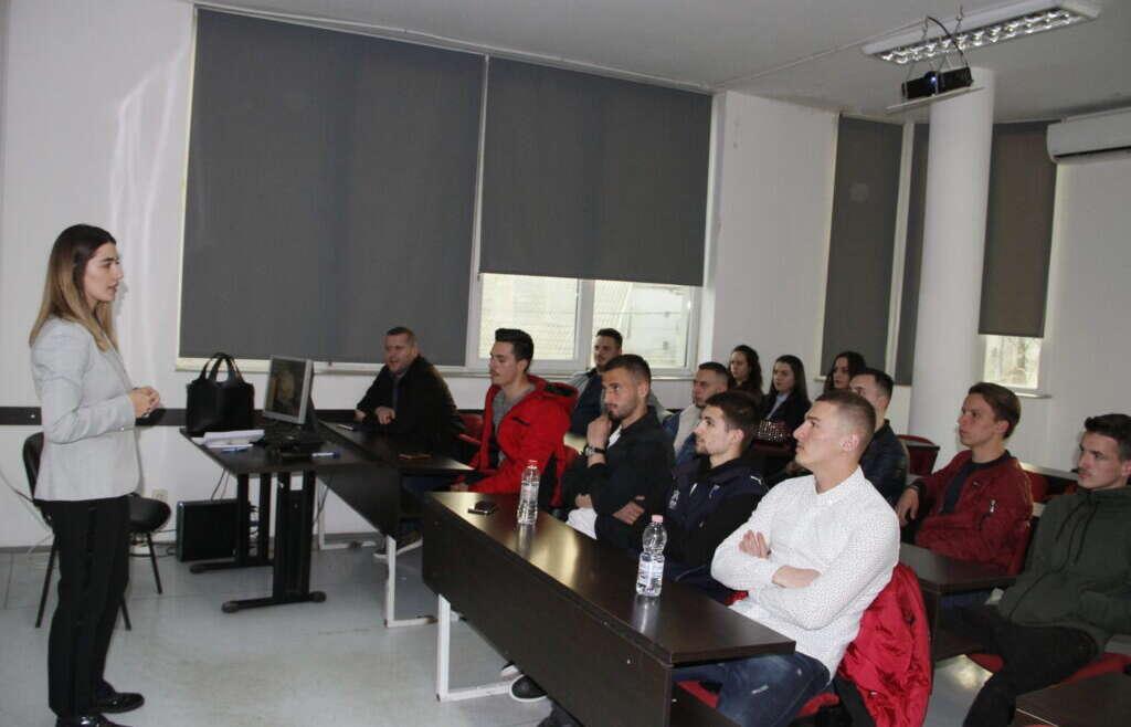 """Ekspertja ligjore Teuta Rudi mbanë ligjëratë në Kolegjin """"Pjetër Budi"""""""